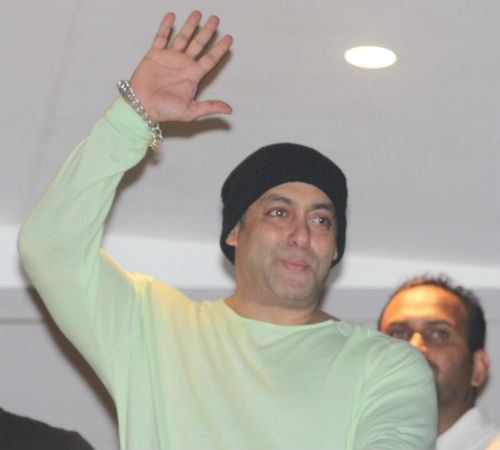 #Bollywood #Sultan @BeingSalmanKhan waves his fans #EidMubarak and his siblings celebrated #eid together with family