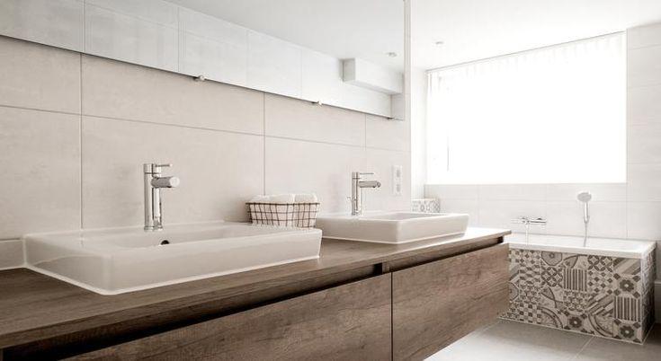 (@ Middelkoop Culemborg / badkamers) Deze badkamer is weer eens wat anders, leuke Portugese tegels trekken meteen het oog. Deze tegels zijn op diverse plekken te vinden in de badkamer. Deze zijn ook te vinden in de ruime inloopdouche achter de badkamermeubel.    Benieuwd? Bekijk de klant ervaring op onze website:https://www.middelkoopculemborg.nl/badkamers/klantervaringen-badkamers/familie-uit-maurik/