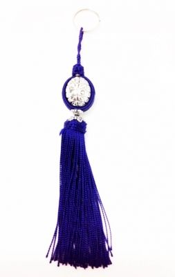Porte clé ou bijoux de sac en soie bleu foncé.