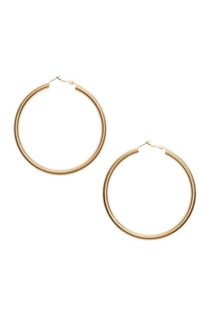 Большие серьги-кольца: Большие серьги-кольца из металла с рифленым узором. Диаметр 7,5 см.