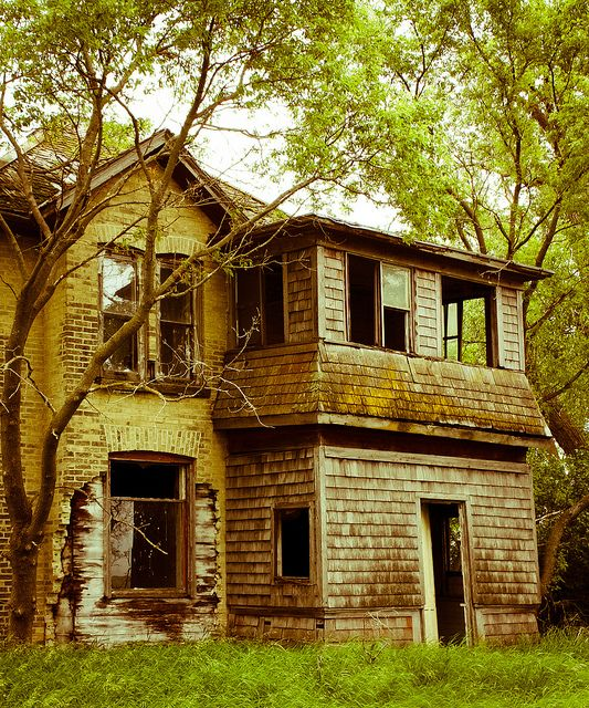 I get sad when I see abandoned houses...I wonder what happened to the family that lived there and why it was left...