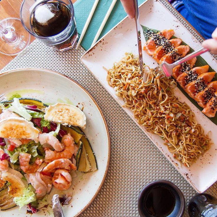 Exquisito #tataki de #salmon con #noodles y verduras al #wok acompañado de timbal de #calabacín #langostinos y #queso de cabra caramelizado no querrás perdértelo  by tikirestaurant
