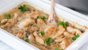 Πεντανόστιμο στήθος κοτόπουλου κομμένο σε λωρίδες, με μανιτάρια σε μια υπέροχη σάλτσα στο φούρνο. Μια εύκολη συνταγή (από εδώ) με το αντίστοιχο βίντεο για