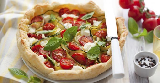 Recette de Tarte tomate, courgette et mozzarella au basilic. Facile et rapide à réaliser, goûteuse et diététique.