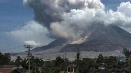 Alerta Indonesia por volcàn Sinabung:Alrededor de 6000 personas fueron evacuadas tràs erupciòn del volcàn .Indonesia elevò el estado de alerta del volcàn Sinabung en la parte occidental del pais hasta el nivel màs alto despuès de un fuerte aumento de la actividad se informò el mièrcoles.....'''