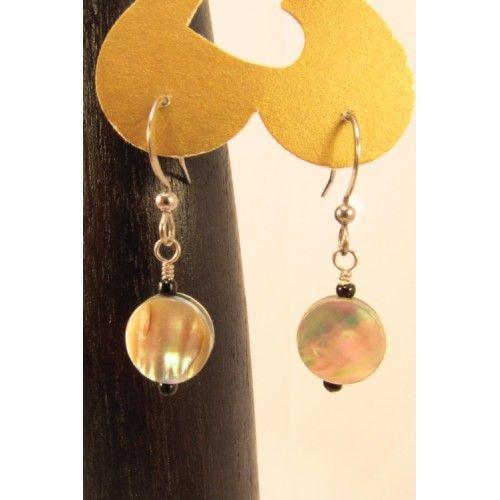 Boucles d'oreilles composées de pastilles de nacre de perle claires, aux reflets iridescents. Des micro-billes de verre noires complètent le montage.Création Bijoux Cou de Cœur fabriquée à la main au Québec.