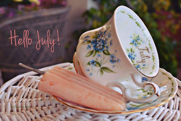 Ho preparato i miei primi ghiaccioli alla frutta, pronti giusto in tempo per dare il benvenuto al mese più bello dell'anno... ciao Luglio, bentornato, allegro e spensierato come sempre! www.lafigurina.com