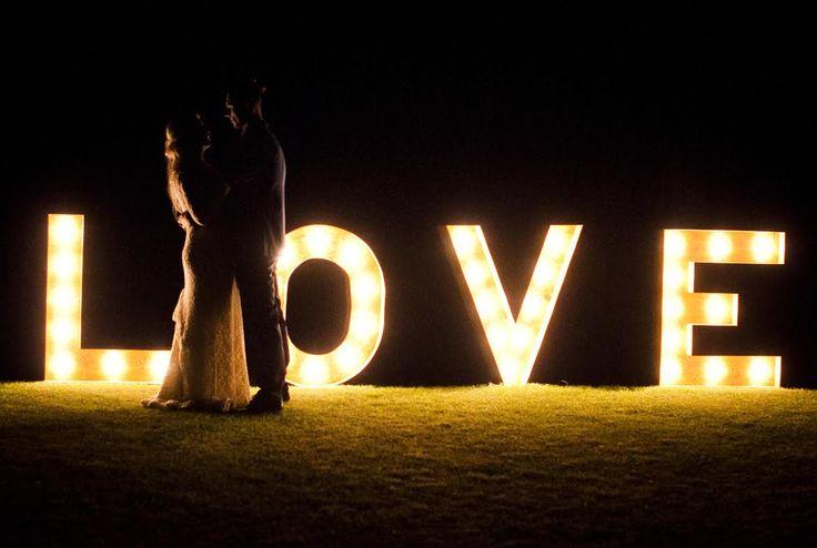 świetlny drewniany napis love na wesele / fot. Blackgalaxy Photography