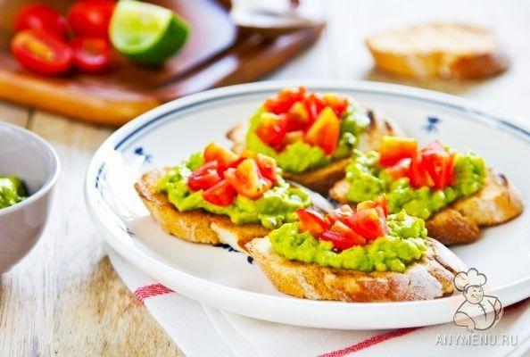 Тосты с гуакамоле и помидорами http://www.anymenu.ru/tosty-s-guakamole-i-pomidorami/  Тосты с гуакамоле и помидорами — очень простое и полезное мексиканское блюдо из свежего авокадо. Блюдо отлично подходит для питания во время поста или для вегетарианского меню, а также для легкого летнего завтрака. Состав: Для соуса: Авокадо спелый — 2 шт. Нарезанный красный лук — 1 шт. Нарезанный чеснок — 1 долька Сок лайма или