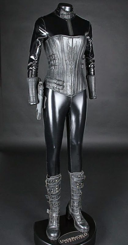 How the HELL did Kate Beckinsale squeeze into this?! Selene Death Dealer costume Underworld: Evolution