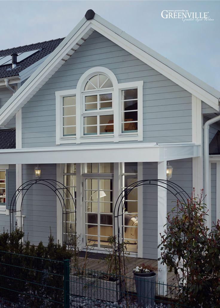Ihren Traum vom individuellen Wohnen hat sich eine Unternehmerin aus Basel verwirklicht. Die Idee zur Architektur des Hauses entstand auf unserer letzten Reise entlang der Ostküste der USA. Blick auf die Rückseite. Das Grundstück ist extrem schmal,