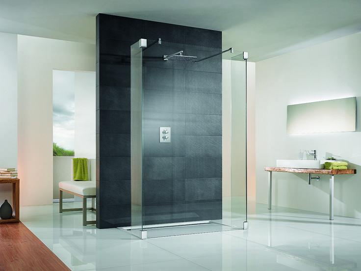 Geschickt eingesetzte Trennwände bieten Privatsphäre und dennoch angenehm natürliches Licht im Bad wie bei dieser Walk-in-Dusche. Mehr Walk-in-Duschen unter www.wohn-dir-was.de Bild: HSK