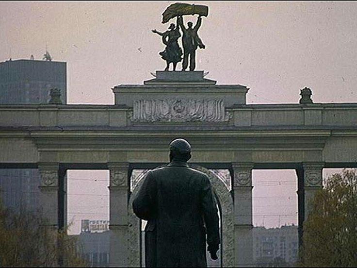 Varios líderes bolcheviques fueron arrestados durante estas jornadas y Vladimir Lenin, cuya estatua vemos en esta foto, pasó a la clandestinidad. Pese a que los bolcheviques estaban operando en un estado de semi-ilegalidad, su posición se consolidó en los meses de julio y agosto. En septiembre de ese año pasaron a dominar los consejos de trabajadores o soviets en San Petersburgo y Moscú, con lo cual ganaron control efectivo de las dos principales ciudades del país.