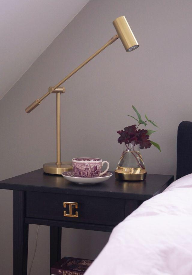 Nu har även jag gjort ett Ikeahack här hemma hos oss! Det blev våra sängbord Hemnes som fick en uppfräschad lyxig känsla av Artdeco med Roos Interiors vackra dörrknoppar. Kul det där, hur man kan förä