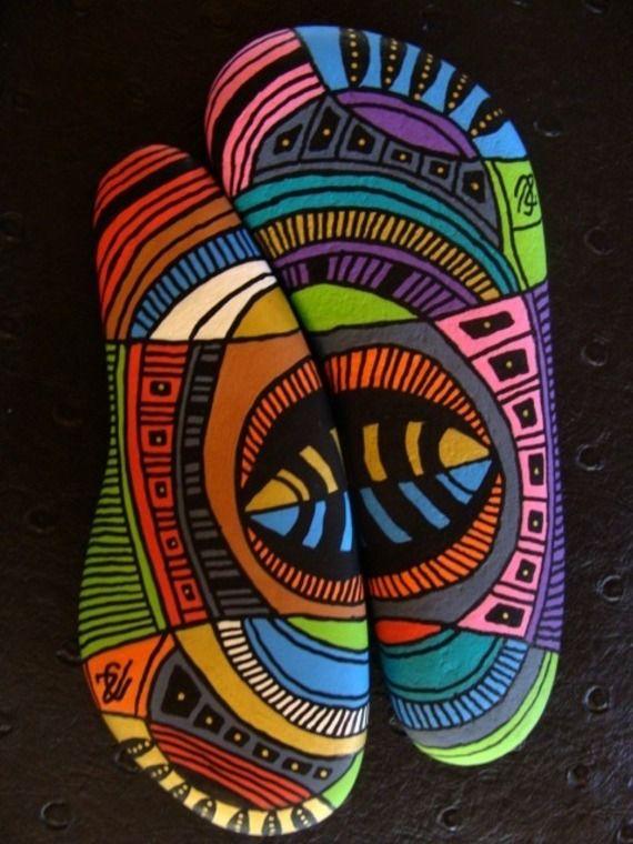 136, A deux, sinon rien, galets peints à l'acrylique dans des tons vifs et multicoloress                                                                                                                                                                                 Plus