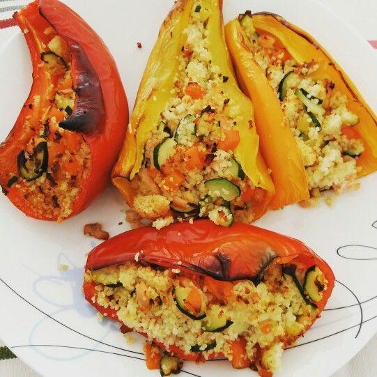 Peperoni cornetti cotti al forno ripieni di cous cous, verdurine e salmone