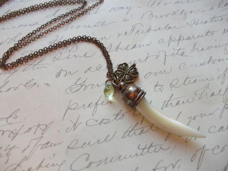 Long brass chain necklace with horn and four leaf clover charm de la boutique BijouxdeBrigitte sur Etsy