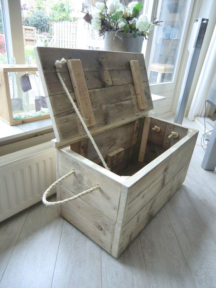 Speelkist van oud steigerhout, hoort ook nog een leuk lampje en 2 wandkastjes…