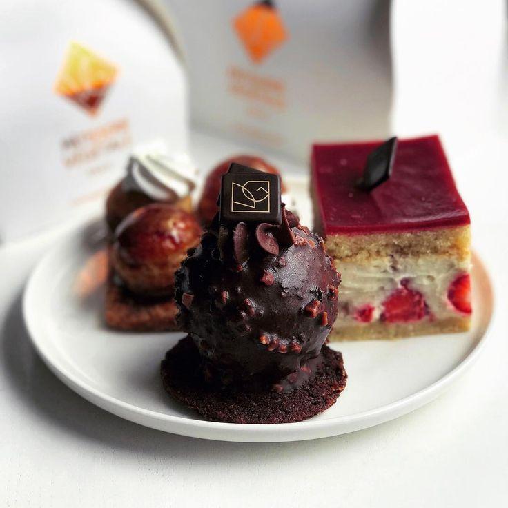 Il y'a quelques mois, jai gouter les fameuses pâtisseries véganes @vgpatisserie (mais j'ai complètement oublié de poster cette photo 😓) ! Mon verdict ? La sphère au chocolat, un délice 😍 ; le fraisier, pas mal du tout (mais un gâteau un peu spécial, peu imbibé et du coup, assez sec) ; et enfin, les choux-chantilly... grosse déception 🙄 !! À part ça, j'ai aussi essayé les viennoiseries et c'était bon (même si je préfère le chausson aux pommes de @gentlegourmet, plus gourmand à mes yeux)…