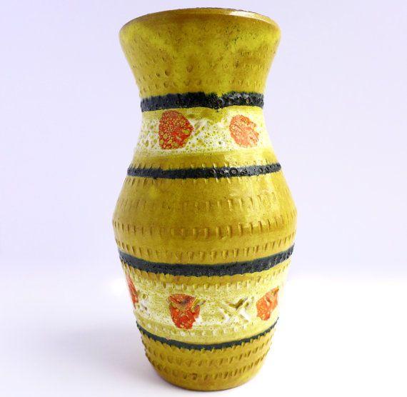 Wij houden de charme en de originaliteit van deze midden van de eeuw Italiaans aardewerk vaas. Italië op de bodem, ondertekende het is in de stijl van Aldo Londi voor Bitossi met Rimini opdruk in de vaas. Het maakt een prachtige toevoeging aan een groeiende verzameling voor zijn unieke en grillig ontwerp.  Voorwaarde: uitstekende vintage staat  Afmetingen: 7 inch hoog x 3,75 inch breed op het breedste punt   Klik hier om terug te keren naar de introductiepagina van onze shop voor meer…