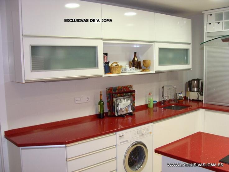 Muebles de cocina en blanco alto brillo con tirador en for Cocinas color granate