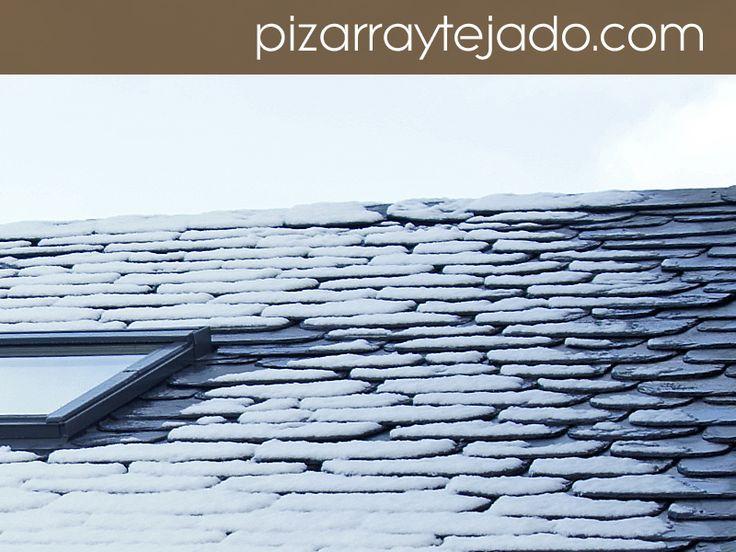 Nieve en tejado de pizarra natural . #pizarra #pizarranatural #naturalslate #pizarras #ardoise #slate