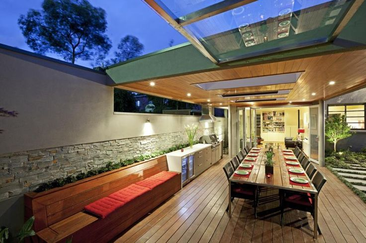 Built in kitchen & bench for Alfresco dining.