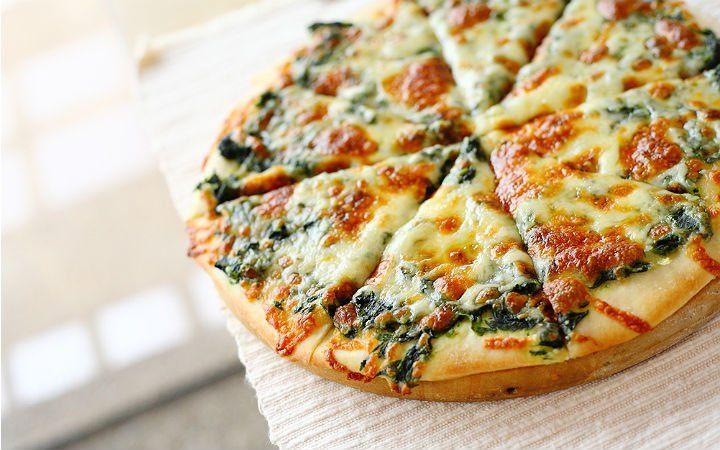 İncecik açılan pizza hamuru, kolayca hazırlanan pratik bir domates sos ve zeytinyağında sotelenen ıspanaklı harç ıspanaklı pizza pişirmek için yeterli.