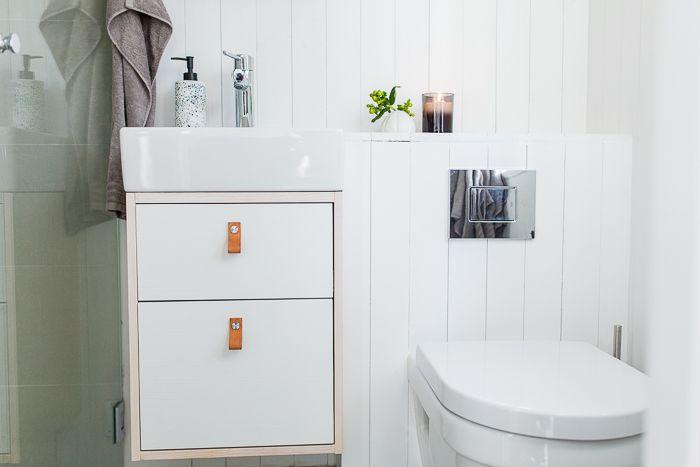 Badrum och snickeribyggda  detaljer i modulbyggt sommarhus. www.sommarnojen.se #badrum #sommarhus #fritidshus #badrumsskåp