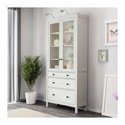 IKEA - HEMNES, Vitrine mit 3 Schubladen, weiß gebeizt, , Massivholz sorgt für eine natürliche Note.Mit großen Schubladen für verdeckte, staubfreie Aufbewahrung.Die schmale Schublade eignen sich für kleinere Dinge wie Stifte, Servietten, Kerzen, Besteck usw.In den verdeckten Schienen gleiten die Schubladen sanft, auch wenn sie schwerer belastet sind.Durch integrierte Stopper lassen sich die Türen langsam und geräuschlos schließen.Die Schnappscharniere werden einfach und ohne Schrauben an der…