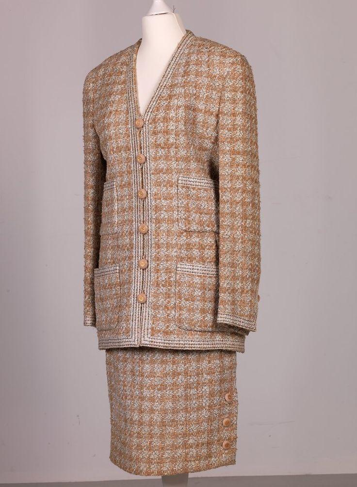 Chanel Auktion Lot 113: Chanel Kostüm, crème-beiger Bouclé, französische Größe 38 (entspricht deutscher Größe 36/38), Länge Blazer 73 cm, Ärmellänge außen 60 cm, Rocklänge 62 cm, einfache Bundweite 36 cm. Weitere Information auf der Website.