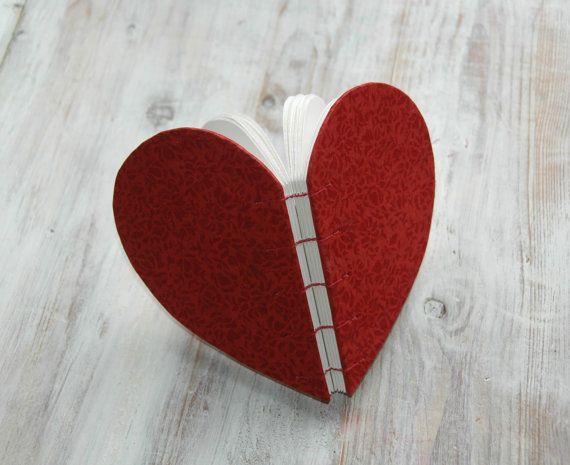Ordinateur portable blanc en forme de coeur livre par Marinabooks