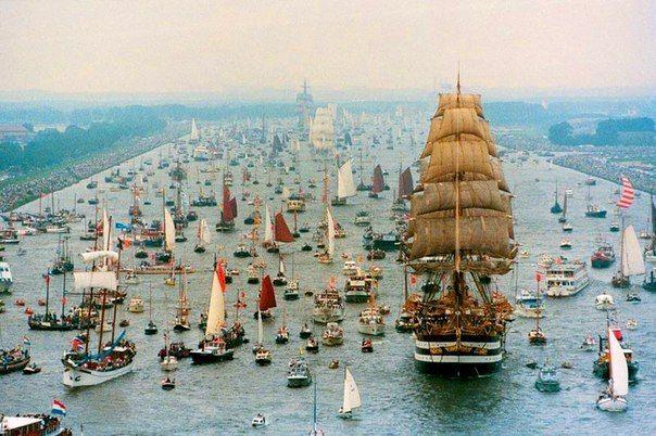 Парад кораблей SAIL Amsterdam, проходящий раз в пять лет. Амстердам, Нидерланды