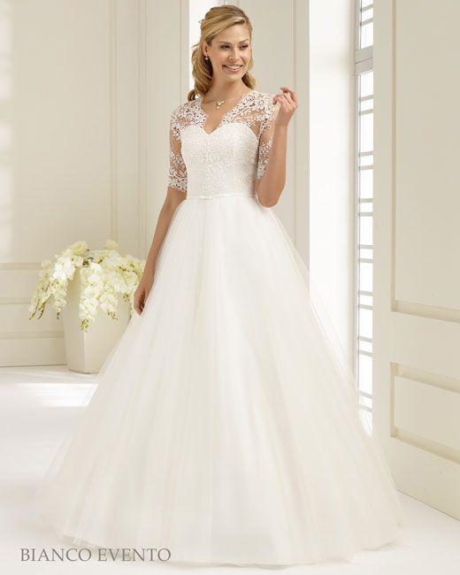Bianco Evento Prinsessen bruidsjurk van hoogwaardige guipure kant. Een mooie hartvormige decolleté ( sweetheart) en smalle satijnen band de 3/4 mouw maakt deze helemaal af. Leverbaar in de Maten 36-38-40-42-44