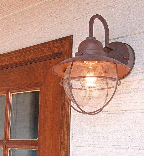 玄関灯や店舗に最適なランタン風カントリー照明。手作り感漂う大人びた愛らしいデザイン、古風な球形の気泡入りガラスや外側のランプガードもユニーク。本体は建物に安心してコーディネートできる薄茶色の手作業仕上げ