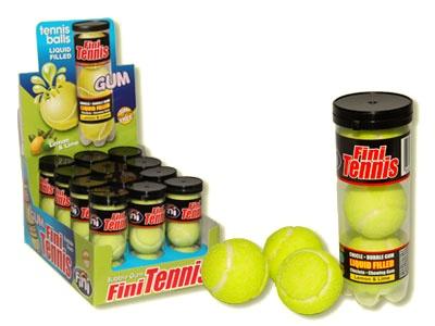 Tennis kauwgomballen - Is het een kauwgombal of is het een tennisbal? Het is een tenniskauwgombal, deze heerlijke kauwgombal heeft een citroensmaak. De verrassing zit in het midden verstopt, een vloeibaar sap die de kauwgombal nog langer zacht houdt. Laat je ook verrassen door deze lekkere kauwgombal.  Inhoud verpakking: 3 kauwgomballen.
