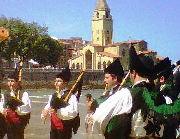 Gaiteros en La Playa de San Lorenzo el día del Carmen.