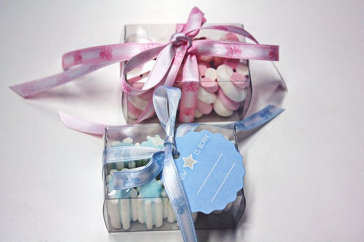 #Bomboniere rosa e celeste composte da scatoline in plastica con #nastrini e #marshmallow.