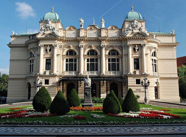 """Teatr im. Juliusza Słowackiego w Krakowie. Budynek teatru wzniesiono w latach 1891-1893 wg projektu Jana Zawiejskiego. Budynek utrzymany jest w stylu eklektycznym z przewagą neobaroku. Początkowo nosił nazwę """"Teatru Miejskiego"""", dopiero w 1909 roku otrzymał imię Juliusza Słowackiego."""