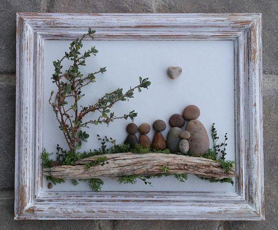 LIVRAISON GRATUITE  Cette pièce sera faite sur commande sur le panneau arrière de peint à la main. Remarque : Selon la disponibilité, le cœur en forme de roche peut être remplacé par un rocher rond.  Famille de six s'est réunis en séance à l'extérieur sur un journal. Ce serait un cadeau pour toute occasion. Tous les matériaux sont dans leur état naturel (galets, roches, mousse artificielle, bois flotté, brindilles). Le cadre est « ouvert », peint à l'acrylique et en détresse, mesurant 8,5 x…