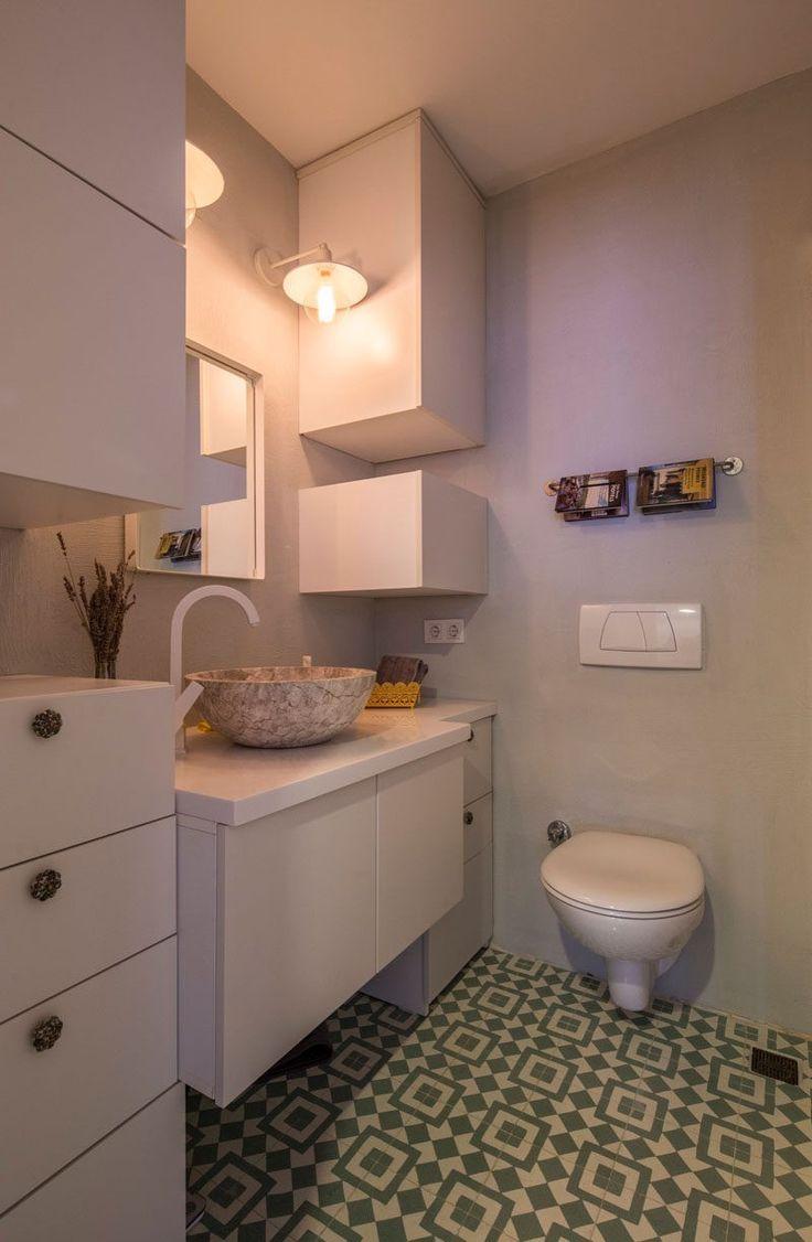 Bei der Gestaltung dieses Badezimmers verwendet die Innenarchitekten die Höhe des Raumes um zusätzlichen Stauraum zu schaffen, die bis zur Decke reicht.