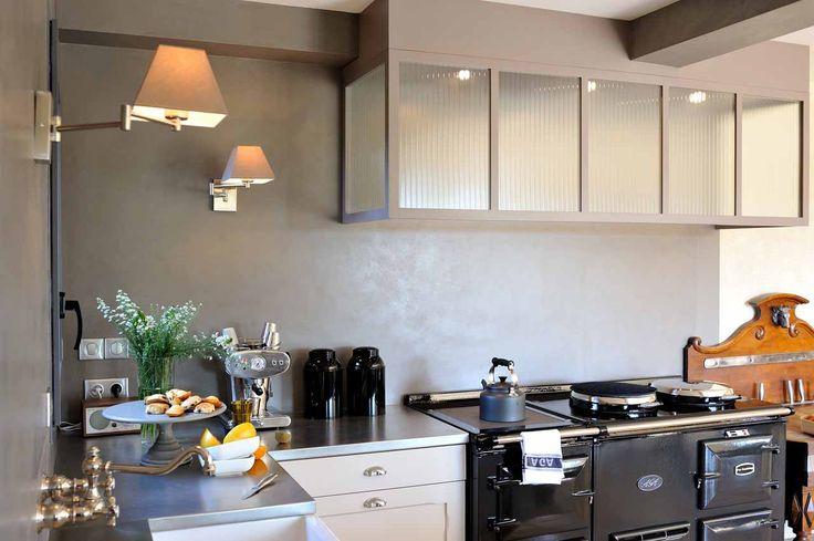 Entre la cuisine et l'atelier - AGA 4 fours fonte noir, hotte verrière, béton ciré, plan de travail inox