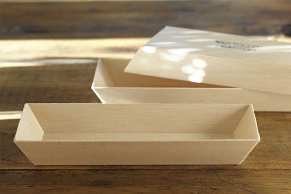 """Bandeja Chica Madera Reciclada. Paquete con 5 piezas. Hecho de sobrantes de madera, no se calienta, color natural. Amigable con el medio ambiente. Ideal para presentar galletas, pastelillos. Color natural, en tamaño chico 3x8""""."""