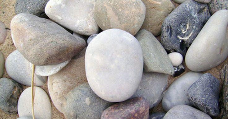 Pedras que absorvem água. A pedra é um material poroso composto de grãos de areia que formam uma massa sólida. De acordo com o site Bellstone, um especialista em pedras e ardósia, todas as pedras absorvem água em graus variados. Por esta razão, algumas variedades são mais adequadas a funções específicas, como para o uso de revestimento de piscinas ou do piso. Além disso, ...