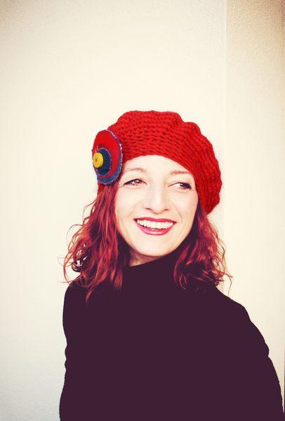 Cappello basco in lana rosso uncinetto con spilla di Filo e Colori di Ila via it.dawanda.com