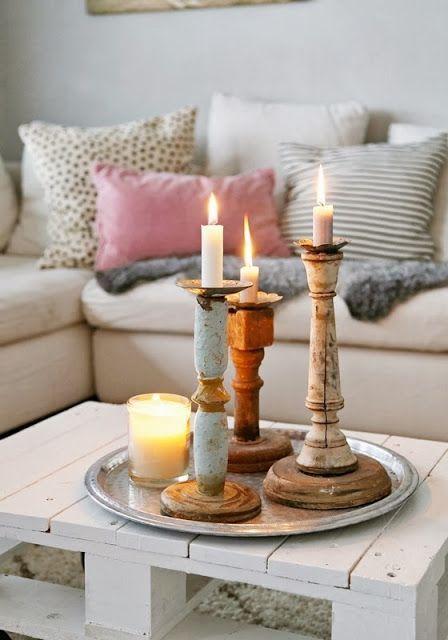 Houten accessoires in de woonkamer. Kleur: kussens, schilderij (doe het zelf), kaarsen, plaids etc.