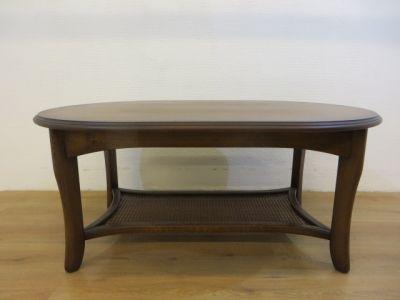 Doker eiken ovale salontafel met pitrieten schap voor kranten tijdschriften e.d.. Breedte 80cm, lengte 121cm, hoogte 53cm.