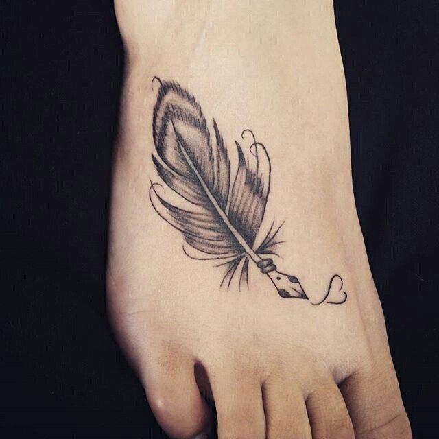 """Quem curte tatuagem no pé?  Tatuagem feita por <a href=""""http://instagram.com/patyfedrigo"""">@patyfedrigo</a> ❤️"""