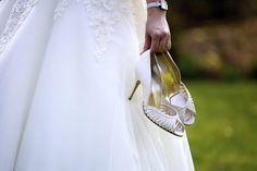 Para elegir los zapatos para tu boda: 1. Ten en cuenta el estilo de tu vestido de novia para que los zapatos sean el complemento perfecto 2. Piensa en tu propio estilo. Si normalmente no llevas tacones, elige unos zapatos con los que puedas caminar bien. ¿No querrás caerte el día de tu boda? 3. Une elegancia y comodidad. El día de tu boda y tendrás que caminar, bailar y estar horas de pie. No sacrifiques tu sonrisa por unos zapatos bonitos pero incómodos. #PrimerBaileBoda