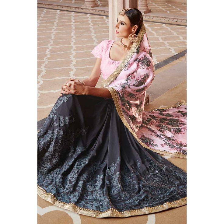 Shop designer saris, lilas avec georgette gris brodé sarees, dans la boutique. Andaaz mode apporte la dernière collection de vêtements ethniques de créateurs en FR